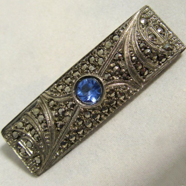 (bro0810)Brooch with marquesitas and blue stone.