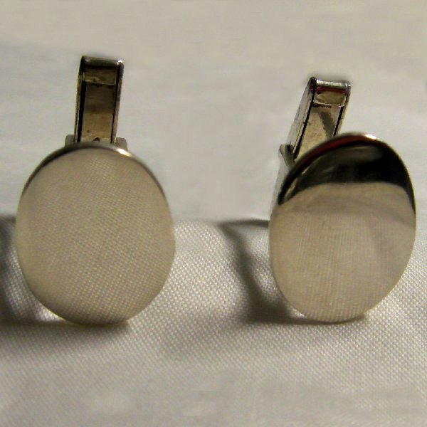 (c0897)Silver oval cuffings.
