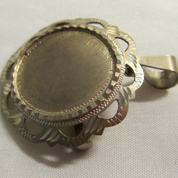 (p0876) Silver pendant and brooch.