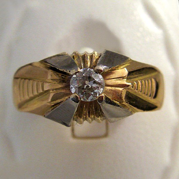 (r0750)Gold ring with one diamond.